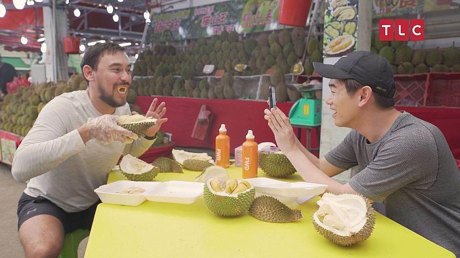 人生中首次嘗試「水果之王」的Eric Nam,才剛入口便反胃作嘔,並向工作人員大吼:「你們真的太壞了!千萬不要再叫我來,因為我真的被榴槤打敗了!」。(圖取自TLC旅遊生活頻道官網)