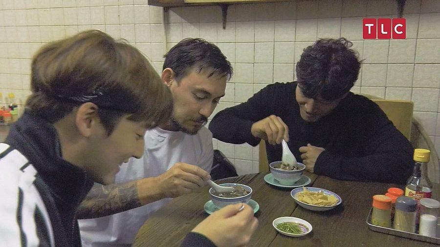 金鐘國表示:「蛇湯很補身阿!特別想推薦給拍檔李光洙吃,想看他害怕、搞笑的神情」。(圖取自TLC旅遊生活頻道官網)