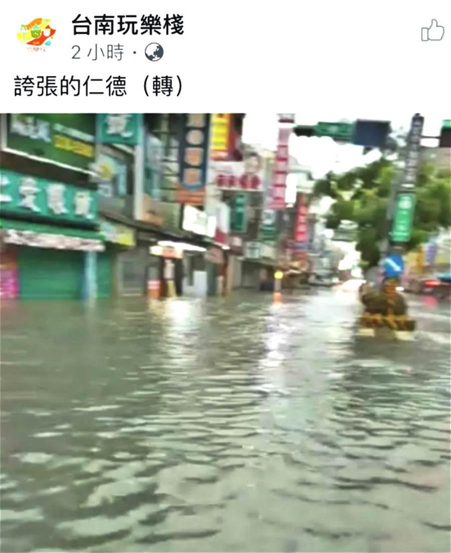 網友拍攝台南仁德區淹水災情,水淹及膝。(翻攝自社團 台南玩樂棧)