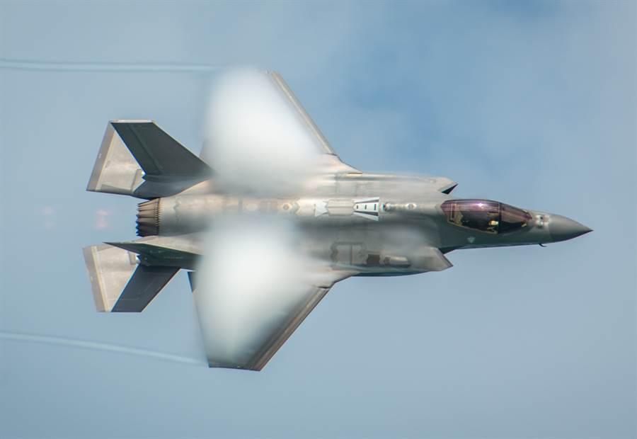 美國空軍F-35A戰機5月24日在佛州邁阿密海灘(Miami Beach)上空飛行的畫面。(美國空軍)