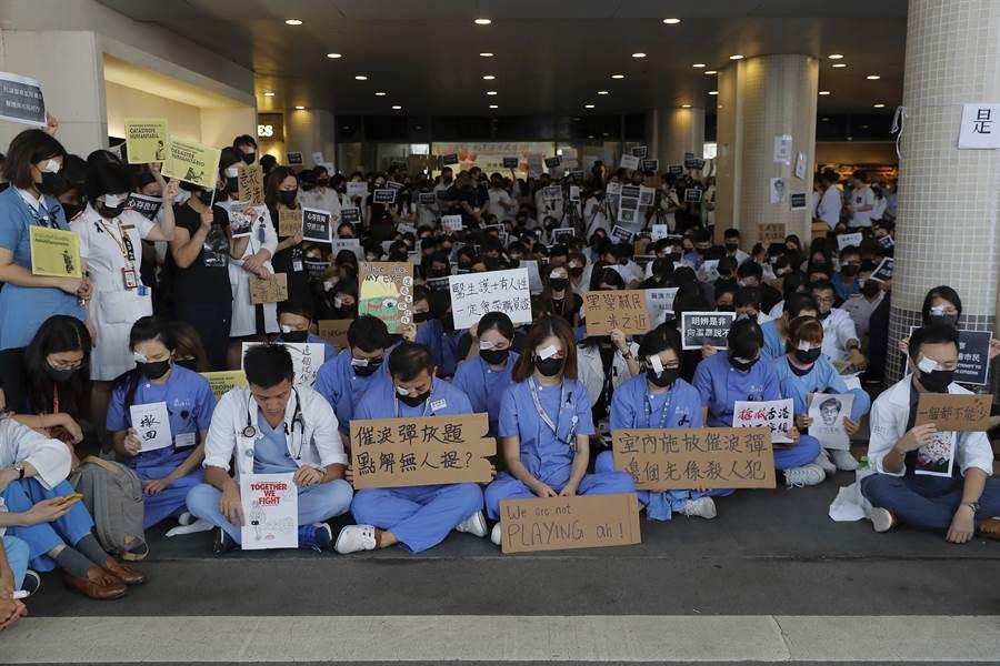 香港反送中抗議連日來對抗與暴力逐漸升級,已造成12日香港機場停運。大陸官媒對抗議人士的喊話愈見激烈,情勢令人擔憂。(圖/美聯社)