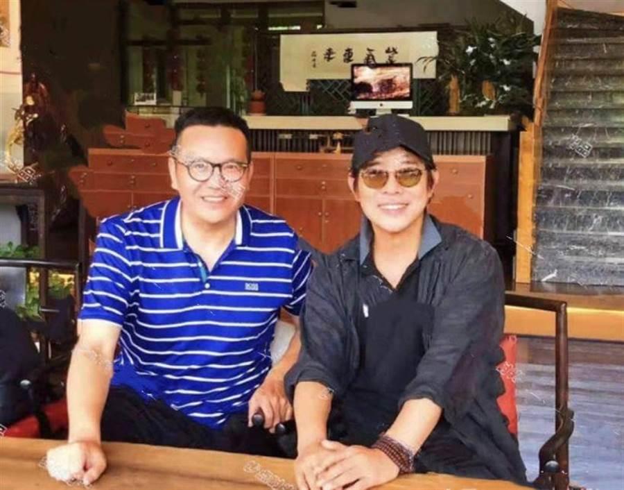 網友PO出和李連杰的最新合照,不少人驚呼像30幾歲。(圖/翻攝自微博)