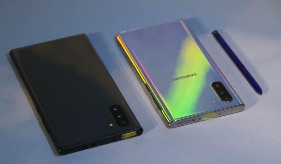 三星Galaxy Note 10+星環黑(左)與Galaxy Note 10星環銀款式。(圖/黃慧雯攝)