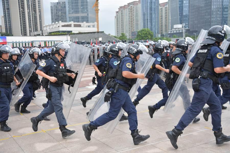 針對香港局勢日益惡化,學者分析北京目前有三項政策可選擇,包括讓步以滿足示威訴求、軍事干預、低調並等待抗議自然消失,但不論哪一個對北京都不是好選擇。圖為廣東公安夏季大練兵「深圳亮劍」行動在寶安海濱廣場舉行外界推測警告香港意味濃。(中新社)