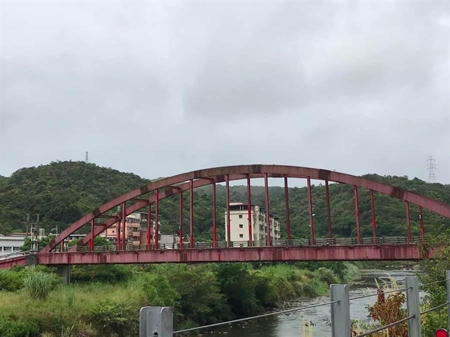 新北市雙溪區的共和橋,補漆工程不確實,引起地方居民反彈,議員林裔綺痛批施工單位敷衍行事,像在貼「狗皮藥膏」。(張穎齊翻攝)