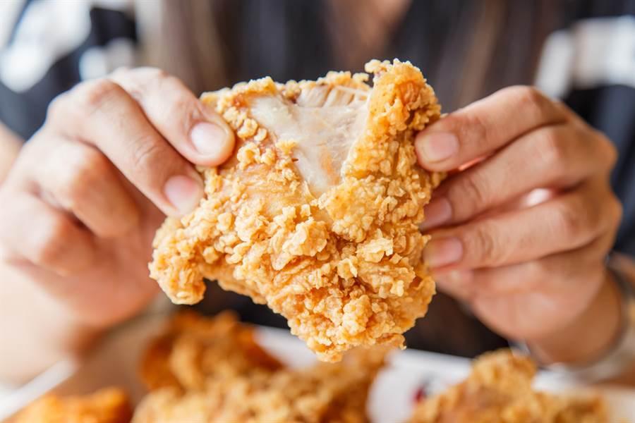 高溫油炸會使食物「變性」,並產生有毒物質。(示意圖/達志影像)
