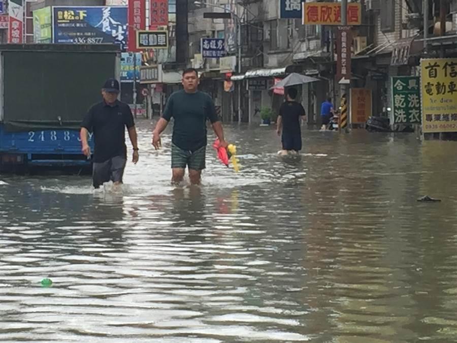 台南市上午多積淹水,下午3點後積淹水已陸續退去。(曹婷婷攝)