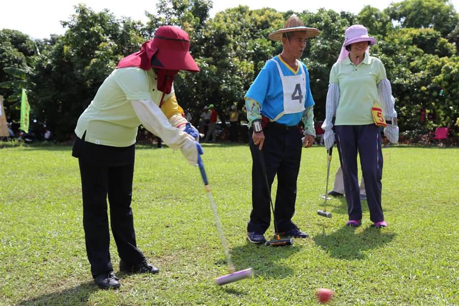 鑑於槌球可說是老年人運動的「第一選擇」,嘉義縣政府透過村里生活大調查大力推廣中。(呂妍庭攝)
