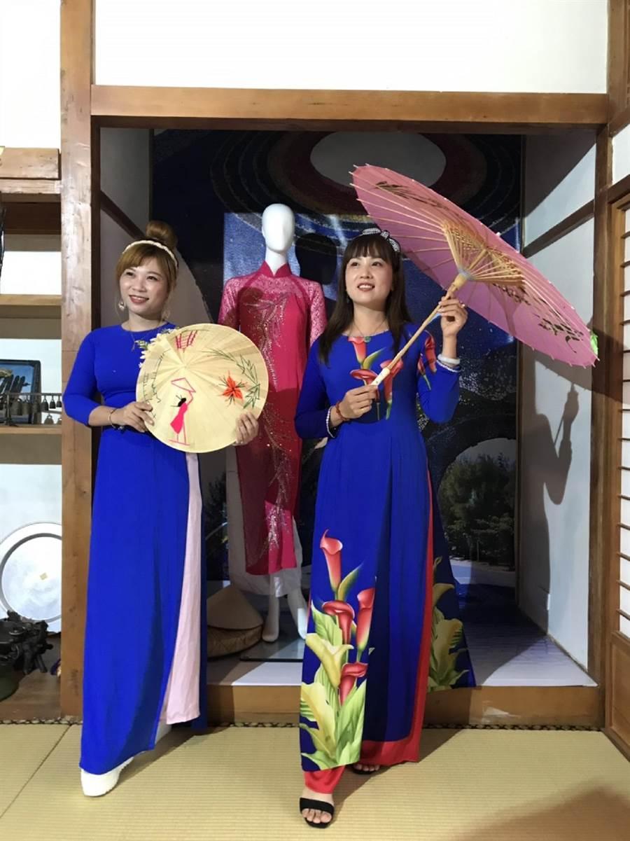 台西鄉海口故事屋邀新住民媽媽穿著母國服裝進行導覽。(張朝欣攝)