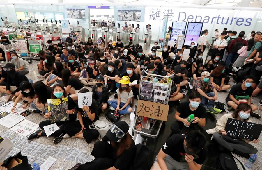 反送中抗議者今天再度堵塞香港機場,下午聚集人數愈來愈多,機管局被迫於下午4點多暫停旅客報到服務。(圖/路透)