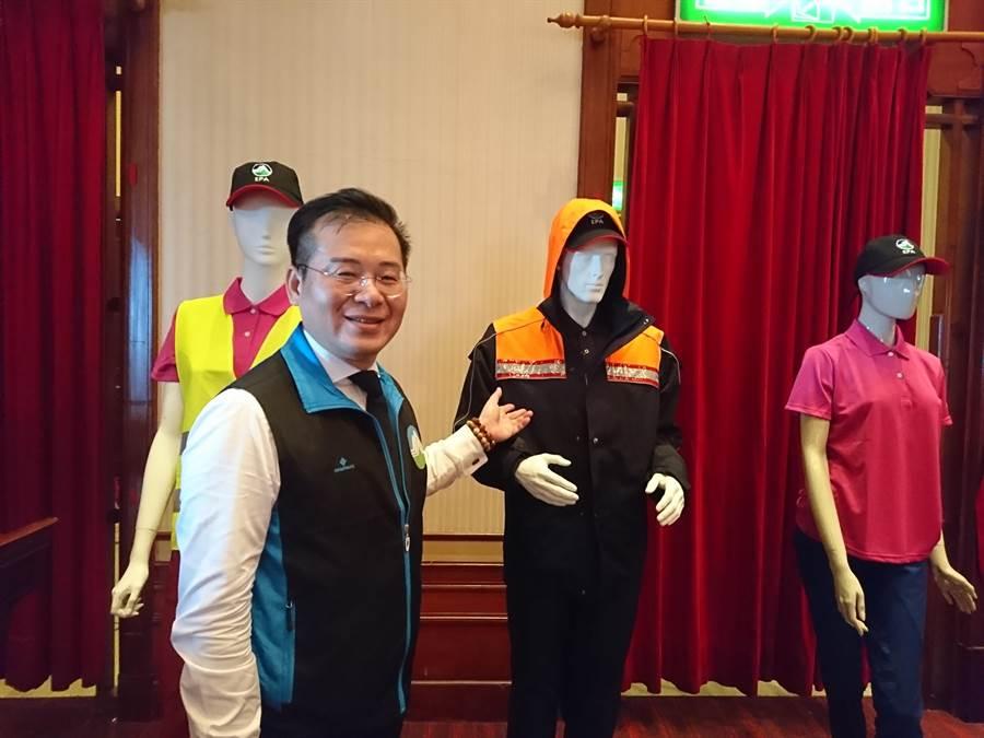 環保署環境督察總隊長李健育說明,將為全國清潔隊員更換的新制服。(廖德修攝)