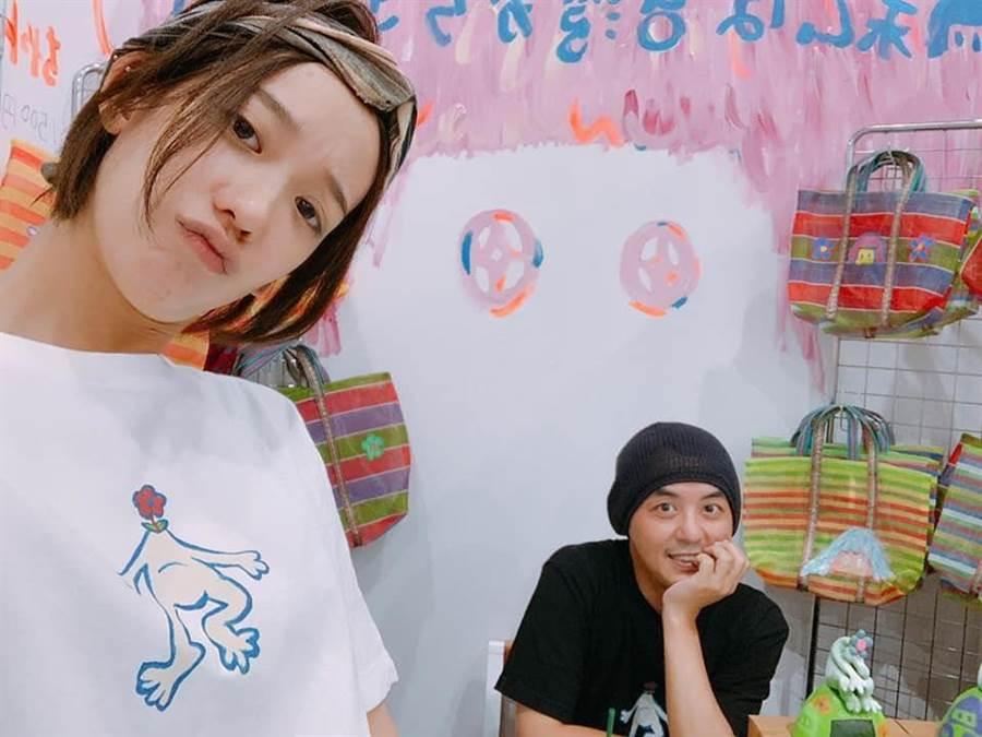 黃子佼日前陪孟耿如到東京參展擺攤。(取材臉書)