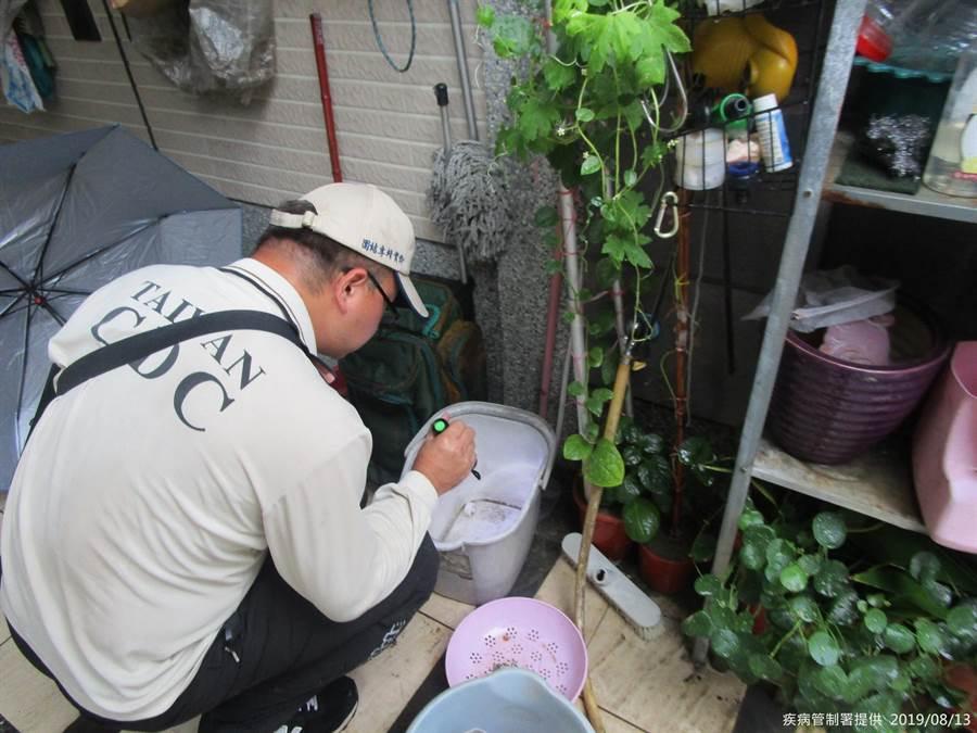 疾管署防疫人員前往高雄市仁武區執行孳生源查核。(疾管署提供)