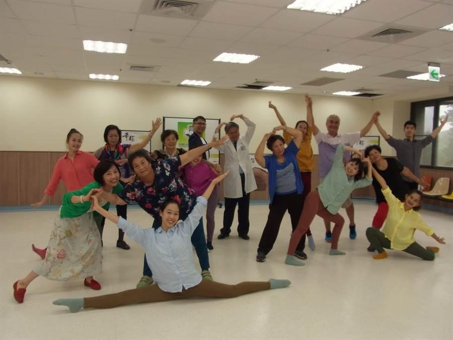 7旬長者大跳現代舞,舞出《年輪》新人生。(張朝欣攝)