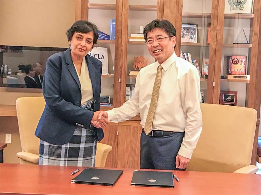 工研院院長劉文雄(右)與加州大學洛杉磯分校工學院院長Jayathi Murthy共同簽署合作備忘錄。(羅浚濱翻攝)
