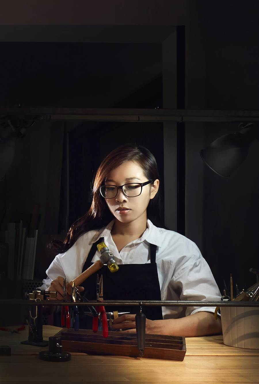 大葉大學造藝系校友陳映秀不只專注於創作金工藝術,更積極推廣金工藝術。(謝瓊雲翻攝)