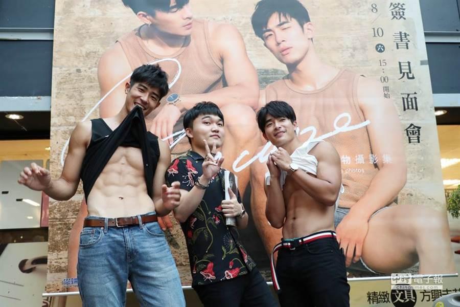攝影師「晏人物」(中)出新攝影集,找來兩位相似的男模林宜增(左)與刺刺(右)組天菜兄弟。(圖/尖端出版提供)