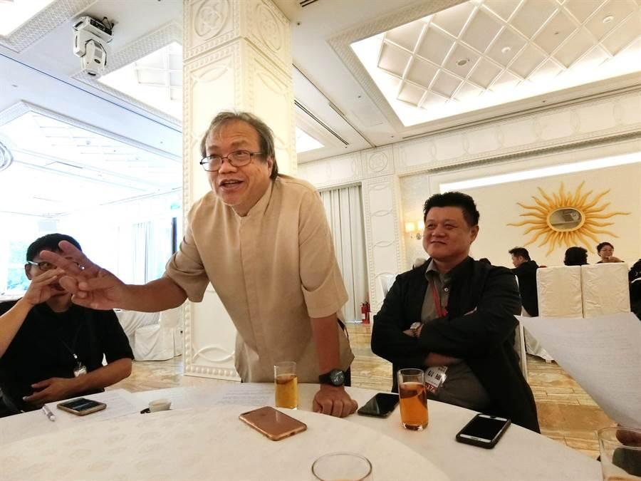 成功大學歷史系教授蕭瓊瑞(左)生動講述台中藝術家傑出表現與成就,讓聽者如沐春風,台中建築經營協會理事長梁信雄力讚深入淺出、風趣幽默,吸引更多人進入藝術殿堂。(盧金足攝)