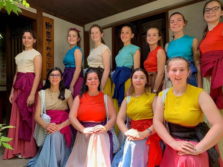 「法國布列塔尼土風舞團」,今天下午在玉里鎮踩街後公演。(劉一峰神父臉書)