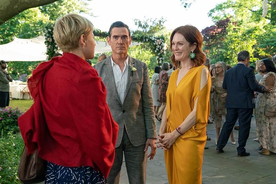 邦贊助電影《你願意嫁給我老公嗎?》,茱莉安摩爾(右)在戲中佩戴蕭邦珠寶入鏡。(擷自電影官網)