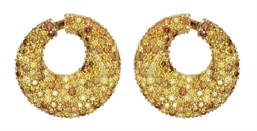 茱莉安摩爾佩戴蕭邦頂級珠寶18K玫瑰金鑲嵌黃鑽與橘鑽耳環。(CHOPARD/提供)