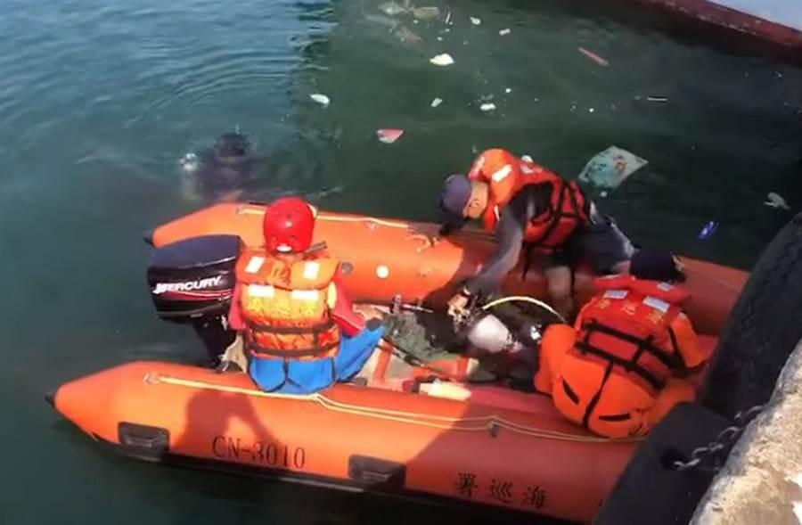 八斗子漁工清除絞網溺水,海巡安檢所出艇搶救。(吳家詮翻攝)