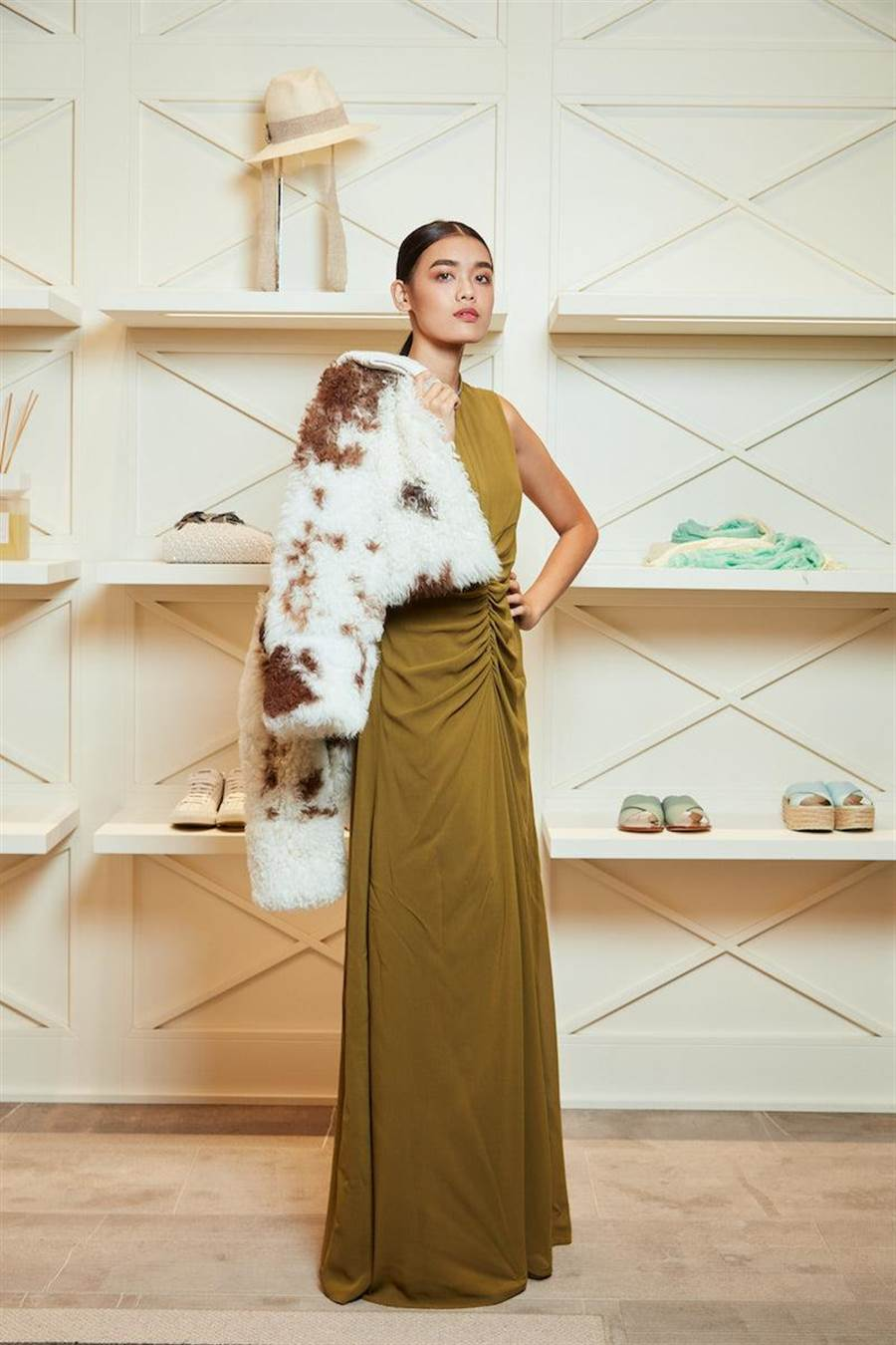 黃銅鑽石線綴飾洋裝的高領,讓優雅禮服增添低調光彩。Fabiana Filippi剪羊毛短版夾克17萬1800元,皺褶腰身洋裝5萬7300元。(Fabiana Filippi提供)