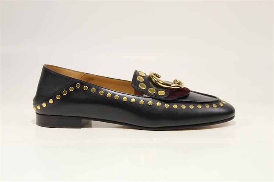 Chloe Chloe C黑色鉚釘樂福鞋,2萬6400元。(Chloe提供)