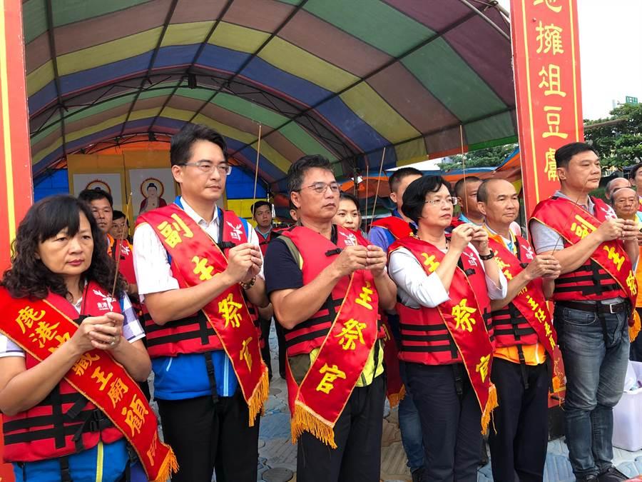 鹿港地藏王廟13日起舉辦中元普渡法會,在夕陽後一抹餘暉下,在鹿河濱公園舉辦祭水靈儀式。(吳敏菁攝)