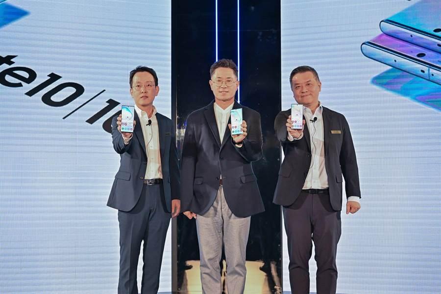 台灣三星電子總經理李大成(左起)、三星電子大中華區總裁權桂賢、台灣三星電子行動與資訊事業部副總經理陳啟蒙 合影。(三星提供)