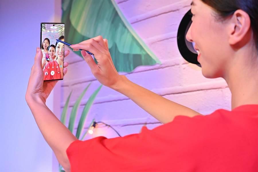 三星全新Galaxy Note10系列,此次為S Pen加入了6軸感應器,只要輕揮S Pen,即能如魔枚一樣遙控手機,更能在影片中加入手繪動態貼圖功能。(三星提供)