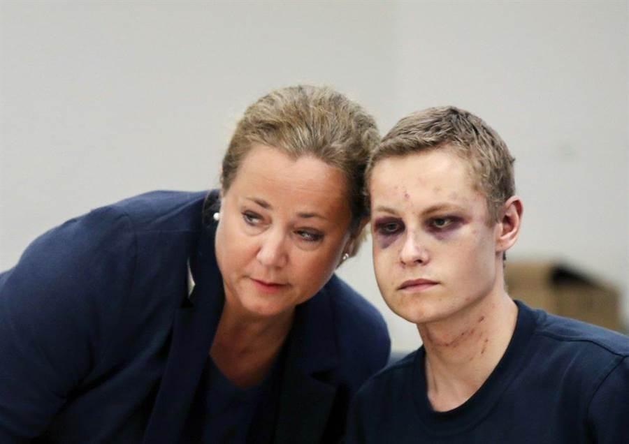 21歲的嫌犯曼夏奧斯(右)和他的律師12日出庭。(美聯社)