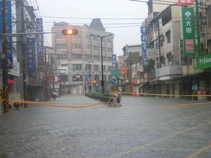 13日時豪雨釀災,台南市仁德區中正路淪為一片汪洋,警方在道路圍起層層封鎖線。(資料照 曹婷婷攝)