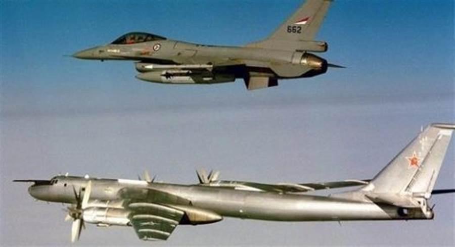 俄國Tu-95轟炸機接近挪威領空,挪威空軍派出F-16戰機攔截(圖片並非此次事件)。(圖/挪威空軍)