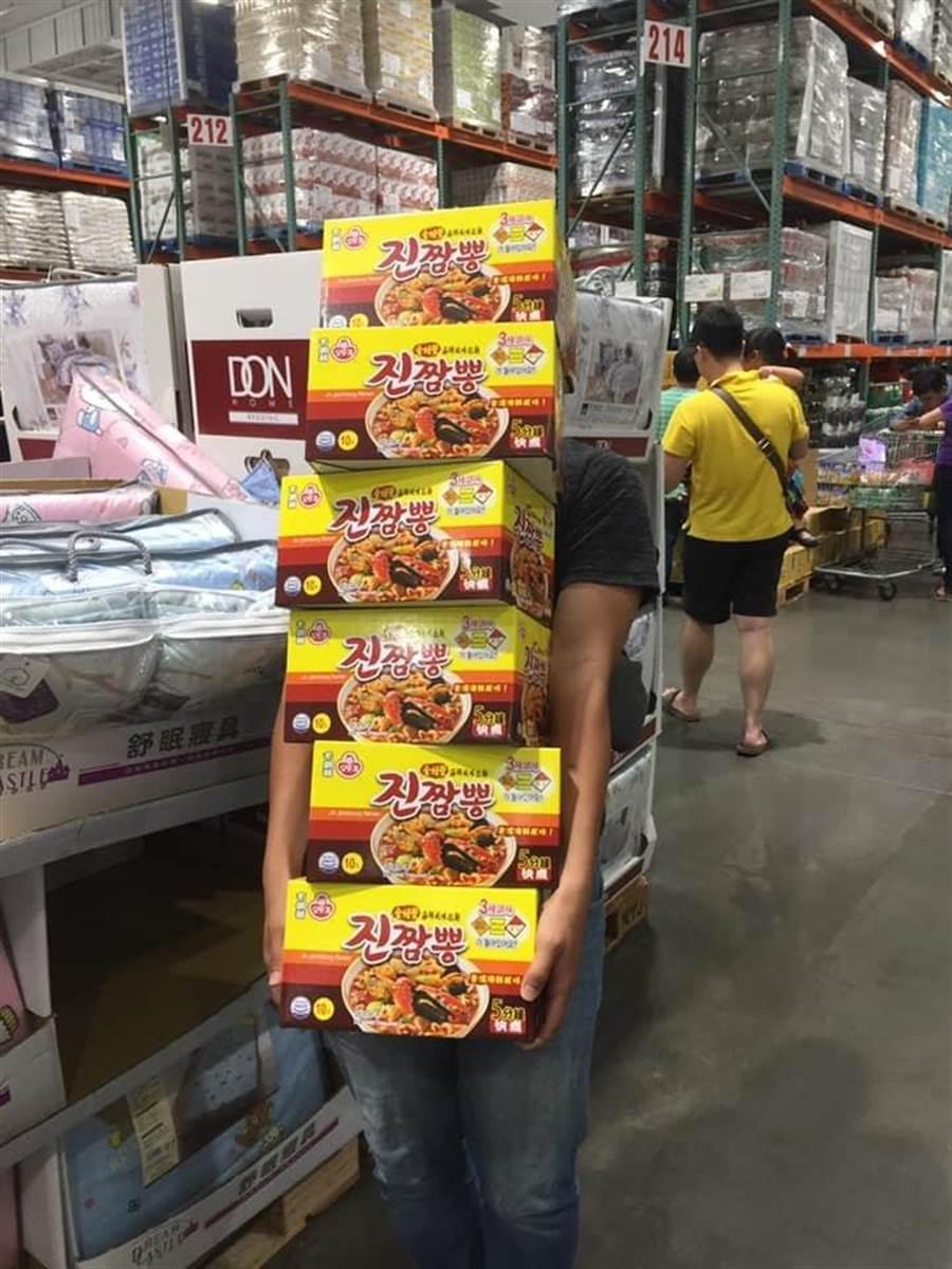 一名男子手上抱著6箱韓國拉麵,讓現場消費者看傻眼,「真的有那麼好吃嗎?」(圖擷自好市多商品經驗老實說)