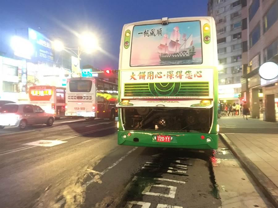 北市遊覽車傍晚在路上漏油,南京東路5騎士滑倒受傷。(胡欣男攝)