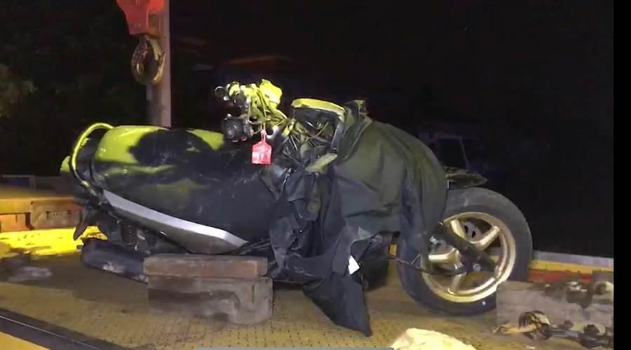 猛烈撞擊,少年騎乘的機車嚴重破損。(王志偉翻攝)