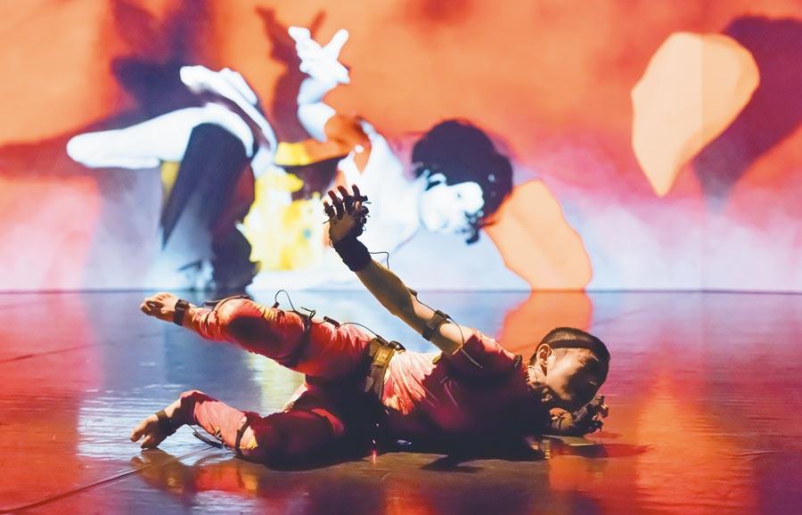 徐家輝作品《極黑之暗》,結合科技藝術和動畫呈現,舞者穿戴感應裝置,一舉一動,都投影成螢幕上動畫。(台北藝術節提供)