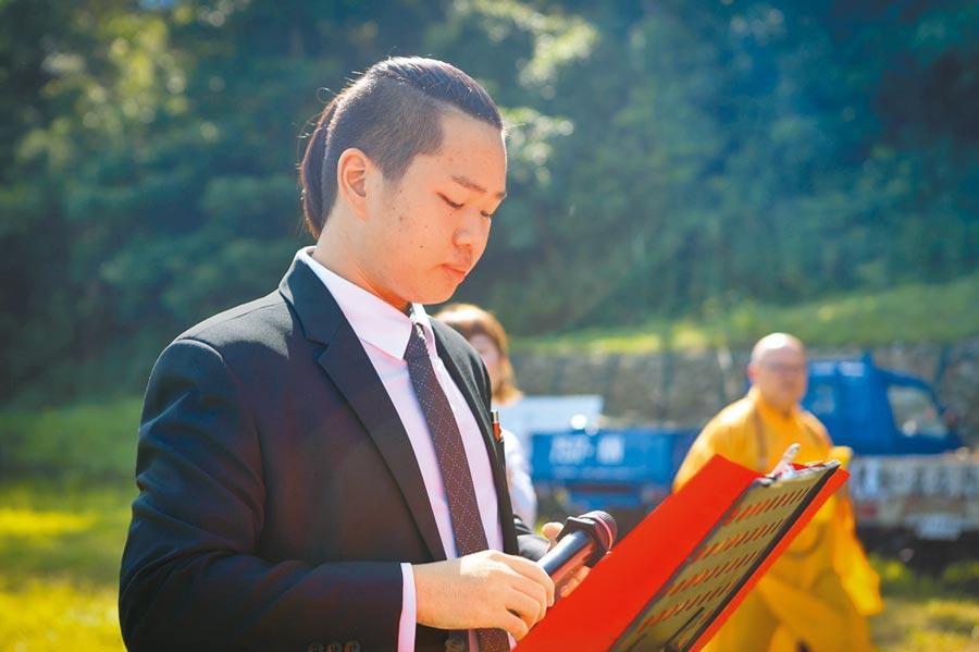 19歲葉士源繼承第5代殯葬家業,獲頒內政部證書,成為全國最年輕禮儀師。(何冠嫻翻攝)