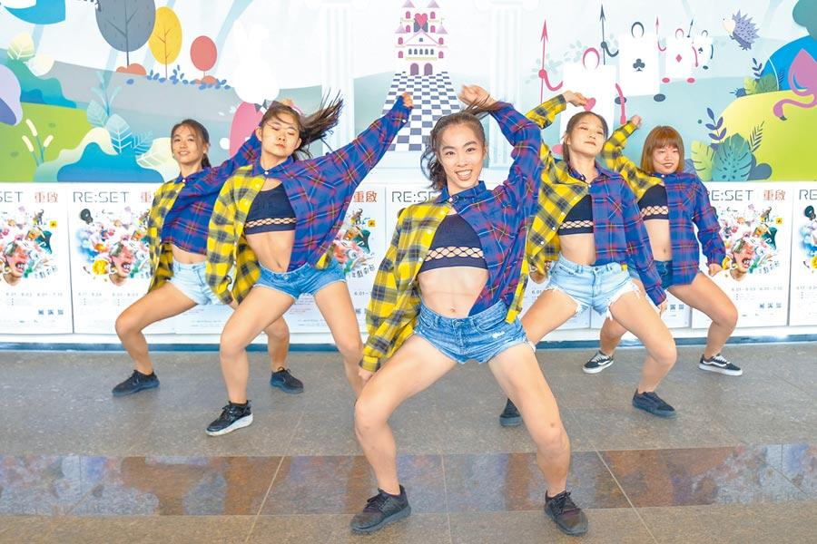 園區實驗中學熱舞女同學不僅會念書,跳舞更是吸睛。(羅浚濱攝)
