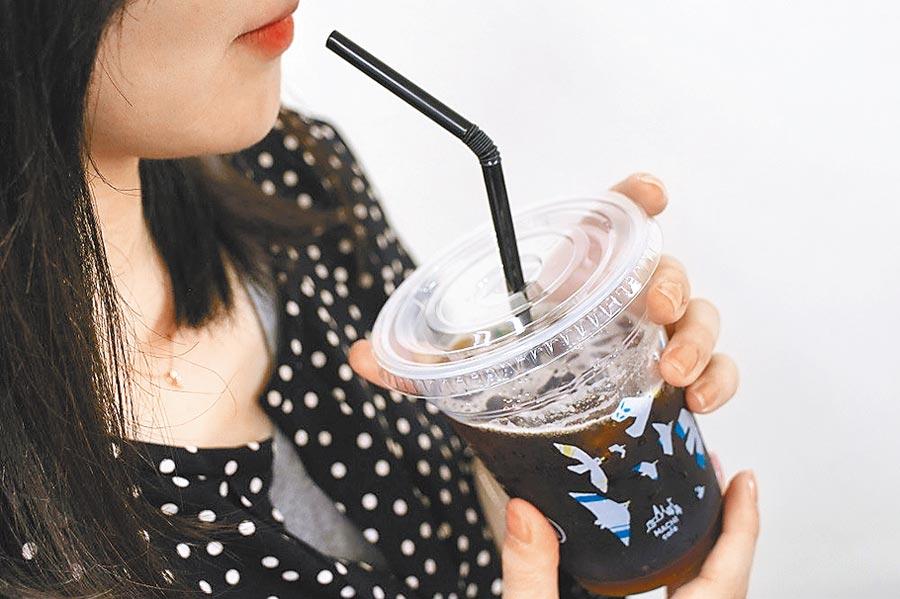 日本LAWSON超商近期也將冰咖啡改成紙杯裝,廢除塑膠杯。(翻攝LAWSON網站)