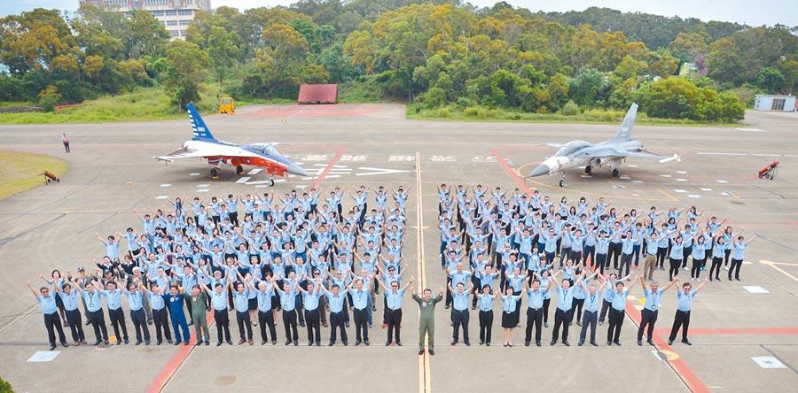 首架國造高級教練機將於9月26日正式出場亮相。圖為新式高教機誓師大會。(漢翔提供)