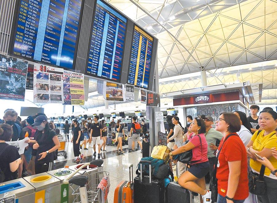 8月12日下午,大批示威者進入香港離境大廳。機場宣布取消航班。(中新社)