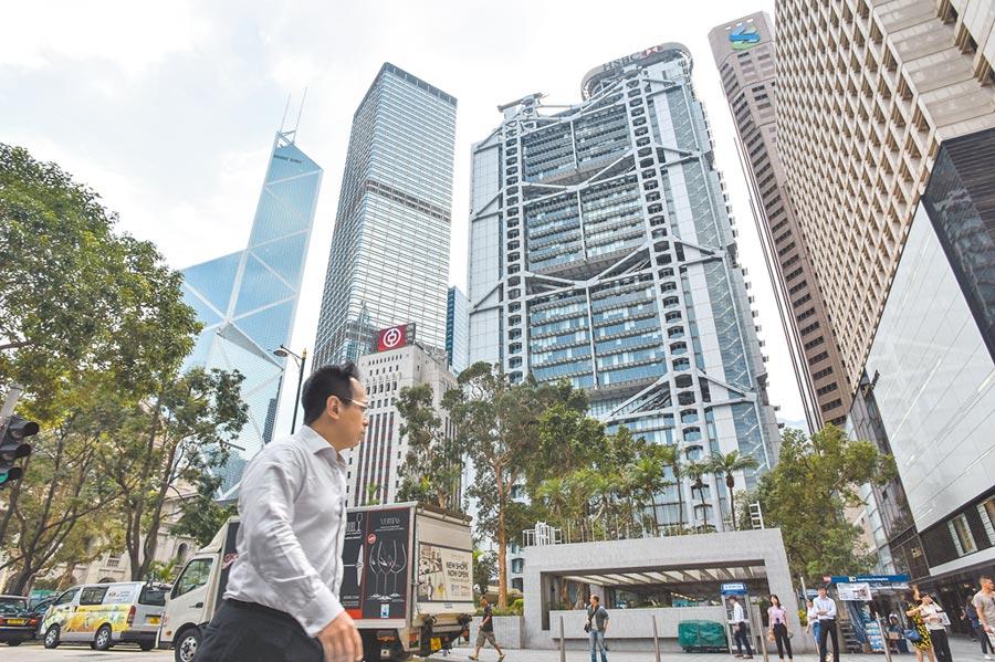 香港示威者要在8月16日发动银行挤兑潮,瘫痪金融市场。图为银行林立的中环。(中新社资料照片)