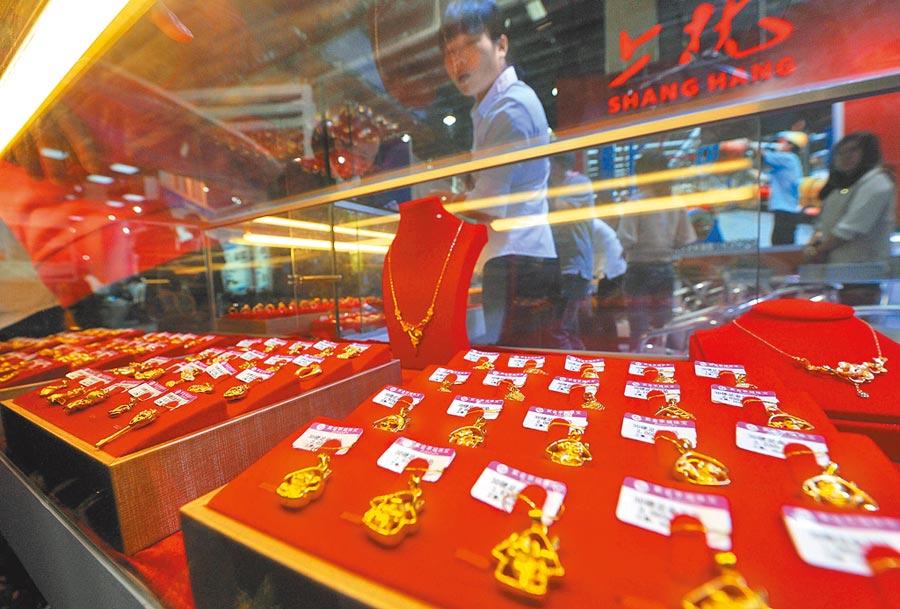 福建龍岩市民在商場瞭解準備購買的黃金飾品。(中新社資料照片)