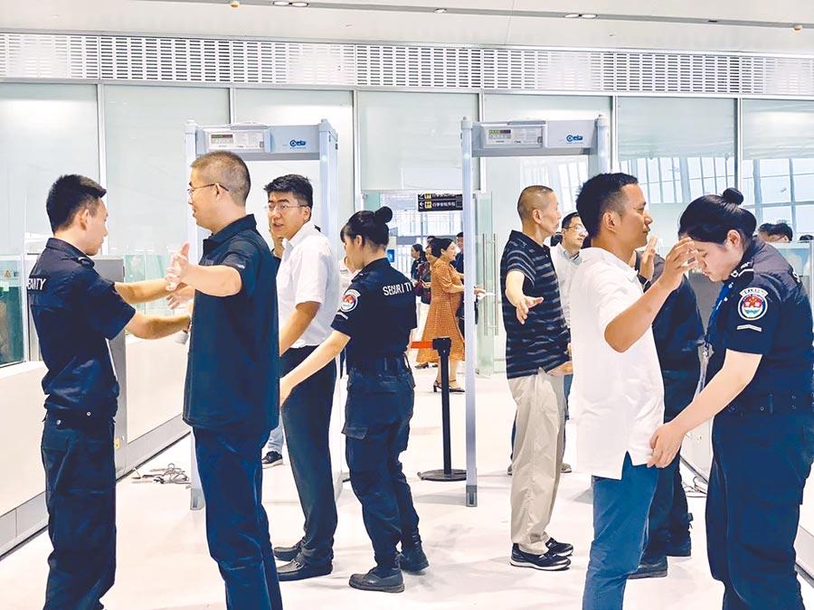 7月19日,北京大興機場模擬旅客通關查。(中新社)
