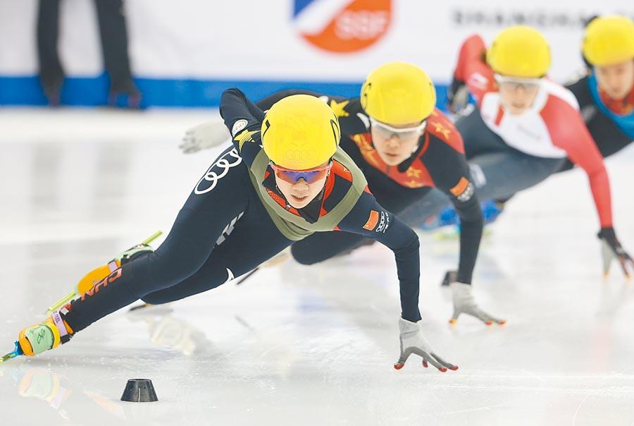 2017年11月26日,大陸隊在上海超級杯奪得混合接力團體冠軍。(新華社)