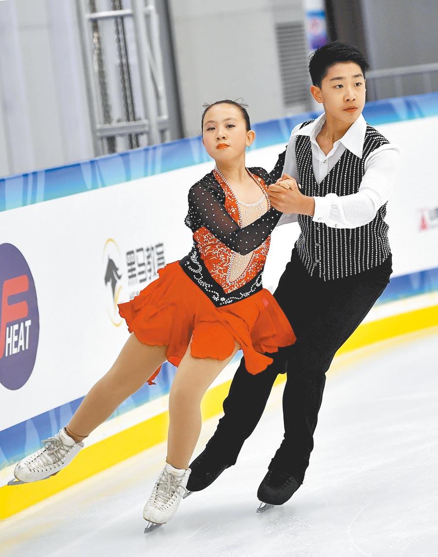 4月27日,齊齊哈爾市滑冰學校選手在冰上舞蹈體校甲組比賽。(新華社)