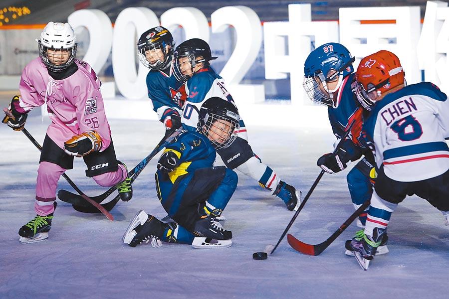1月5日,冰飛揚ice live東方明珠冰上嘉年華在上海啟動,孩子在室外冰場進行冰上運動展示。(中新社)