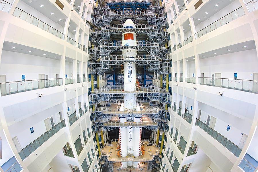 中國航天位於海南文昌航天發射場,垂直總裝測試廠房中的運載火箭。(新華社資料照片)